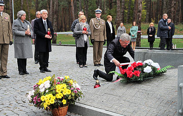 """Narodowy Rezerat Historyczny i Memorialny """"Groby Bykowni"""", odwiedził Marszałek Senatu RP Stanisław Karczewsky"""