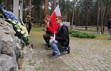 Школярі з Польщі долучились до догляду за Меморіалом жертв тоталітаризму