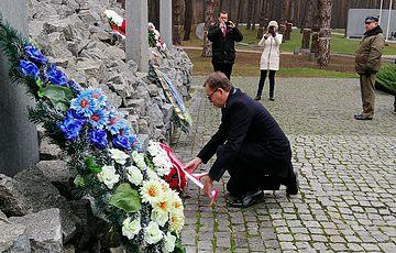 Prezes Instytutu Pamięci Narodowej d-r Jarosław Szarek  uszanował pamięć ofiar stalinowskich w Bykownie