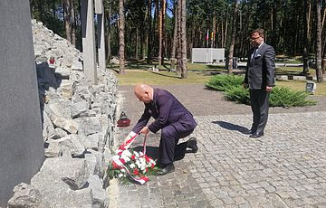 Na Międzynarodowej niekropolii ofiar totalitaryzmu 1937-1942 złożono wieńce od Prezesa Rady Ministrów RP.