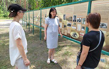 Заповедник провел кураторскую экскурсию по выставке «Имена, вычеркнутые из афиш»
