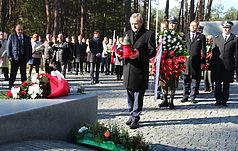 Wicepremier RP Piotr Gliński uczcił pamięć ofiar totalitaryzmu, pochowanych w Bykownie