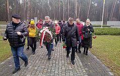 Burmistrz Tomaszowa Lubelskiego i polskie uczniowie upamiętniają ofiary stalinowskich represji