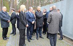Liderzy Senatu i Sejmu RP wraz z urzędnikami ukraińskimi uczcili pamięć ofiar totalitaryzmu w Bykowni